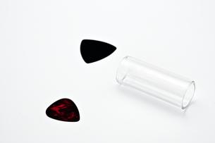 転がったボトルネックとピックの素材 [FYI00432068]
