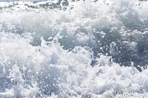 飛沫を上げる波の写真素材 [FYI00432418]