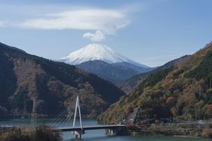丹沢湖からの富士山の写真素材 [FYI00432573]