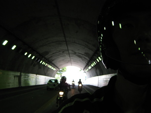 ツーリングにてトンネル走行の写真素材 [FYI00432606]
