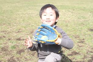 幼稚園の名キャッチャーの写真素材 [FYI00432610]