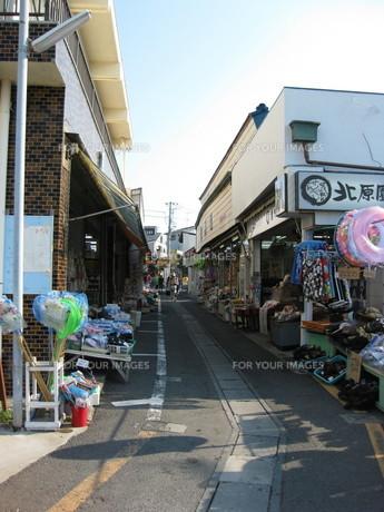 海岸へ続く商店街の写真素材 [FYI00432615]
