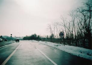 冬の海岸道路の写真素材 [FYI00432638]