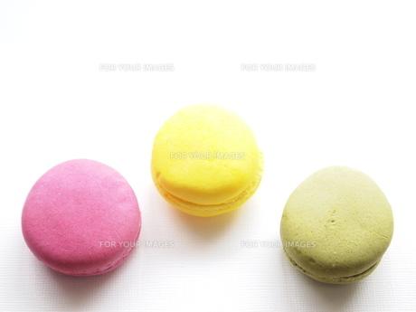 3色マカロンの写真素材 [FYI00432686]