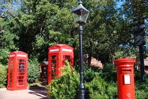 赤いポストと公衆電話ボックスの写真素材 [FYI00432736]