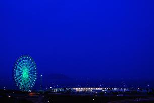 夜景と観覧車の写真素材 [FYI00432833]