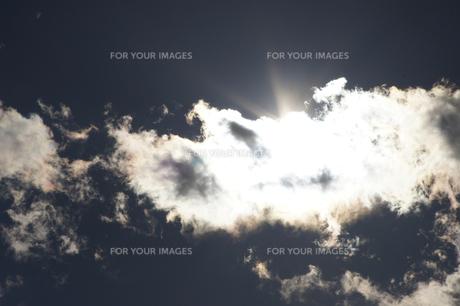 雲間の太陽の素材 [FYI00432877]