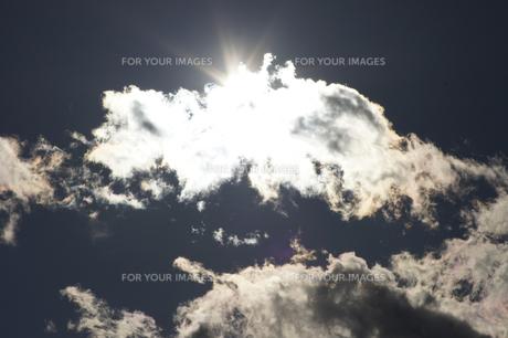 雲間の太陽の写真素材 [FYI00432882]