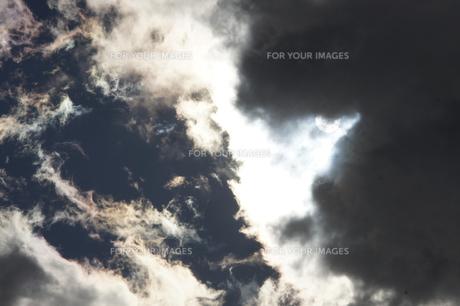 雲間の太陽の写真素材 [FYI00432889]