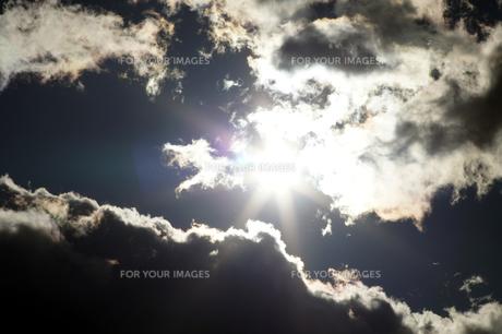 雲間の太陽の素材 [FYI00432895]