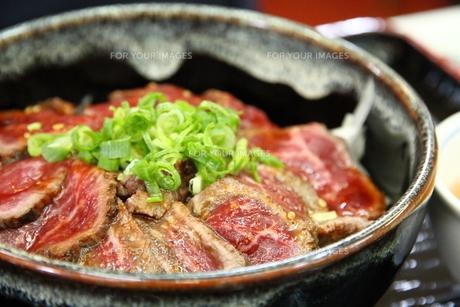和牛のたたき丼の写真素材 [FYI00433075]