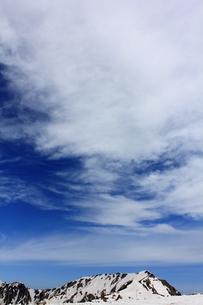 雲に覆われた雪山の空の写真素材 [FYI00433172]