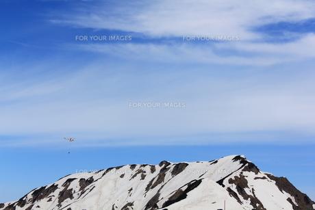 立山とヘリコプターの写真素材 [FYI00433179]