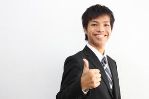 親指を立てるビジネスマンの写真素材 [FYI00434200]