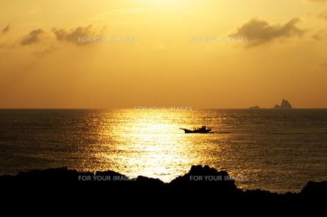 船と小島の写真素材 [FYI00434496]