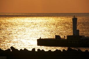 夕暮れの灯台の写真素材 [FYI00434503]