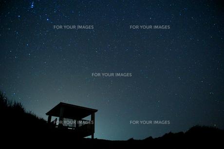 見晴し台と星空の写真素材 [FYI00434505]
