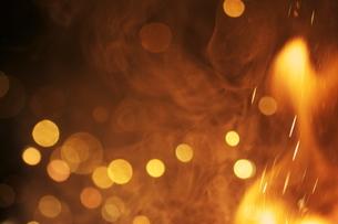 花火の光と炎の写真素材 [FYI00434517]