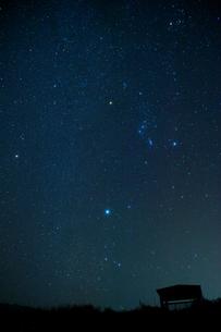 見晴し台とオリオン座の写真素材 [FYI00434521]