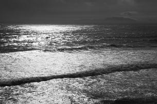 波と島の写真素材 [FYI00434524]