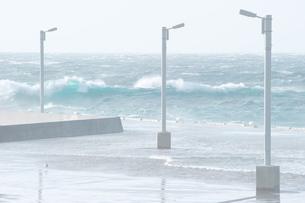 波と桟橋の写真素材 [FYI00434531]