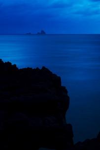 溶岩の断崖絶壁と海の写真素材 [FYI00434581]