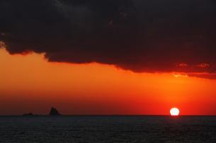 だるま夕日と小島の写真素材 [FYI00434631]