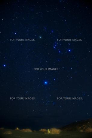 溶岩原とオリオン座の写真素材 [FYI00434650]