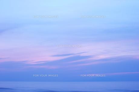 日暮れ後の空と海の素材 [FYI00434702]