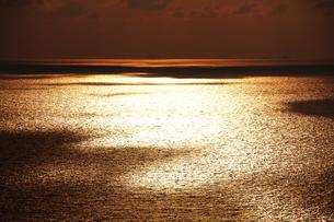 海に映った雲の影の写真素材 [FYI00434703]
