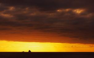 夕焼け空と小島の写真素材 [FYI00434848]