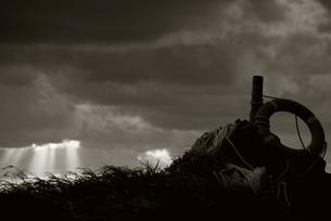 嵐の後の空と救命浮輪の写真素材 [FYI00434874]