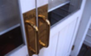 白い扉と真鍮のドアノブの写真素材 [FYI00434931]