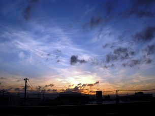 窓から見る夕空の素材 [FYI00435119]