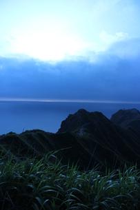 稜線。奥に広がる海の素材 [FYI00435213]