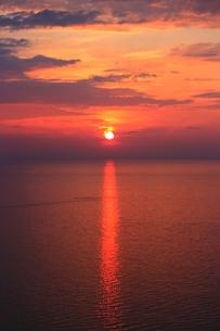 海に沈む夕日の素材 [FYI00435337]