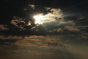 雲間から差す光が綺麗。の素材 [FYI00435371]