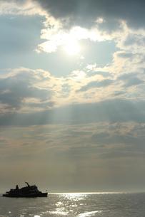 海の上で見る隣の船の素材 [FYI00435431]