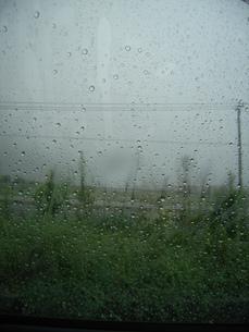 車窓から雨の日の写真素材 [FYI00435450]