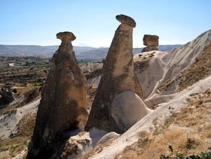 トルコ世界遺産カッパドキアにある3本の奇岩の写真素材 [FYI00435471]
