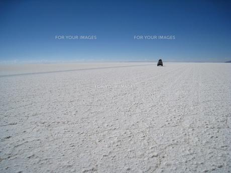 ボリビアのウユニ塩湖を走る車の素材 [FYI00435472]