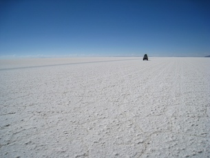 ボリビアのウユニ塩湖を走る車の写真素材 [FYI00435472]