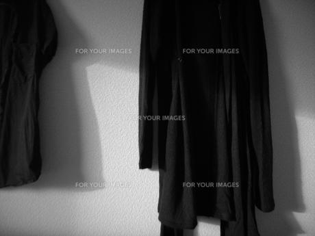 黒い服にさす光の写真素材 [FYI00435489]