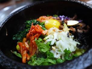 韓国の名物料理「石焼ビビンバ(ピビムパ)」の写真素材 [FYI00435497]