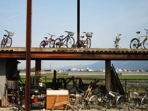 建物と自転車の写真素材 [FYI00435499]