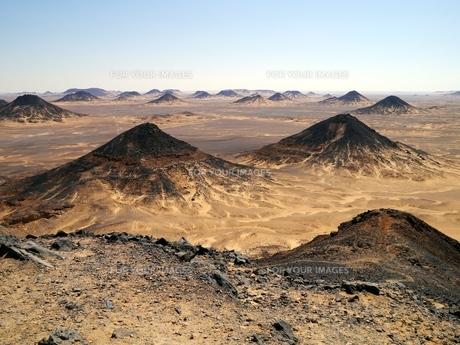 エジプトの西方砂漠にある黒砂漠の風景の写真素材 [FYI00435507]