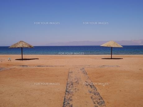 ヨルダンのリゾート地アカバから見る紅海のビーチの写真素材 [FYI00435518]