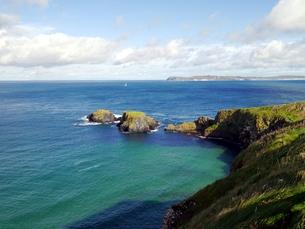 イギリスのキャリック・ア・リードの海岸と小島の写真素材 [FYI00435528]