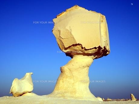 エジプトの西方砂漠にある白砂漠の風景の写真素材 [FYI00435529]