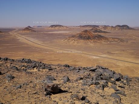 エジプトの西方砂漠にある黒砂漠の風景の写真素材 [FYI00435530]